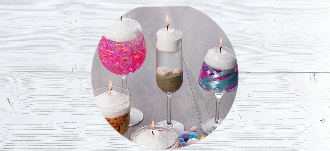 Des verre de table sont remplis de petites décorations