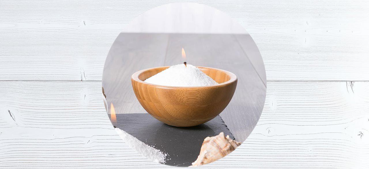 De la cire en poudre dans un bol